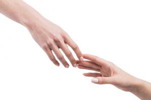 dua-tangan-yang-saling-meraih