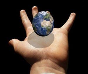 miniatur-planet-bumi-dalam-telapak-tangan-seseorang