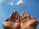 Kedua-telapak-tangan-ditadahkan-ke-langit-bentuk-sikap-doa-memohon-ampunan-dosa