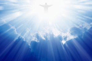 siluet-Isa-Al-Masih-dengan-sinar-kemuliaan-berdiri-di-atas-awan-sambil-membuka-tanganNya