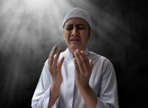 seorang-pria-islam-sedang-menaikkan-doa-syukur-dengan-sungguh-sungguh