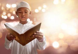 seorang-anak-lelaki-islam-sedang-membaca-al-quran-surah-al-fatihah-sambil-berdiri