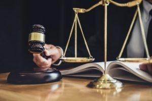 timbangan-dan-palu-hakim-di-meja-pengadilan
