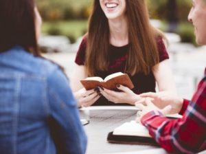 beberapa-orang-bergembira-tanpa-kekuatiran-mendiskusikan-kitab-suci