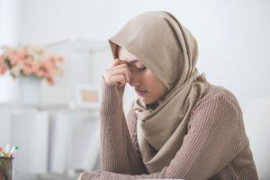 muslimah-sedang-sedih-karena-takut-amal-tidak-diterima-allah